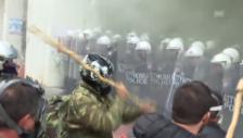 Link öffnet eine Lightbox. Video Angriffe von Bauern gegen die Polizei in Athen (unkommentiert) abspielen
