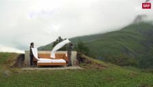Link öffnet eine Lightbox. Video Ein Hotelzimmer auf der Alp für 250 Franken. Ohne Wände, ohne Dusche. abspielen