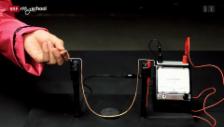 Link öffnet eine Lightbox. Video Achtung! Experiment: Schwingen bis der Strom fliesst (27/52) abspielen