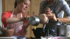 Video «Die Zutaten des Bananen-Gewürzcakes werden zusammengemischt» abspielen