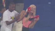 Link öffnet eine Lightbox. Video Ein Fan erhält die Schuhe von Usain Bolt – und flippt aus abspielen