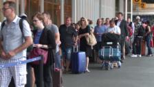 Link öffnet eine Lightbox. Video Grossangelegte Polizeikontrolle am Genfer Flughafen abspielen