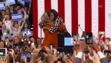 Link öffnet eine Lightbox. Video Michele Obama: Hillary ist meine Freundin abspielen