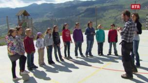 Laschar ir video «SRF bi da Lüt 10-06-2011: Nik Hartmann visita da la scola da Duin»