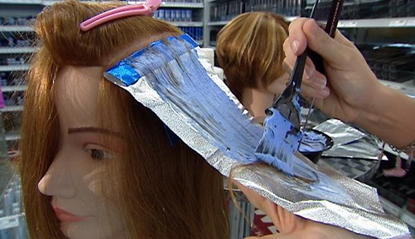 Video «Coiffeur: Verätzte Kopfhaut nach dem Blondieren» abspielen
