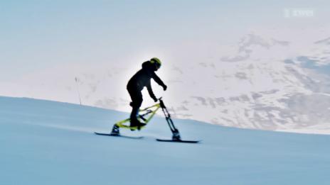 Link öffnet eine Lightbox. Video Weltrekordversuch: Highspeed mit dem Snowbike abspielen