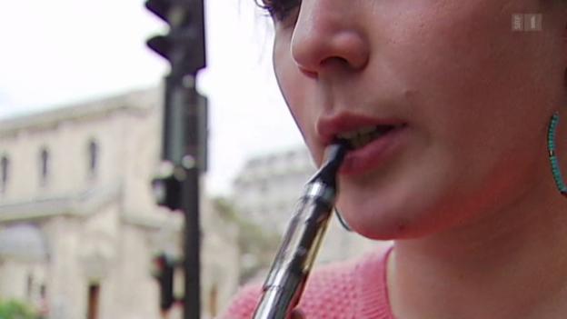 Video «Junge rauchen E-Zigaretten» abspielen
