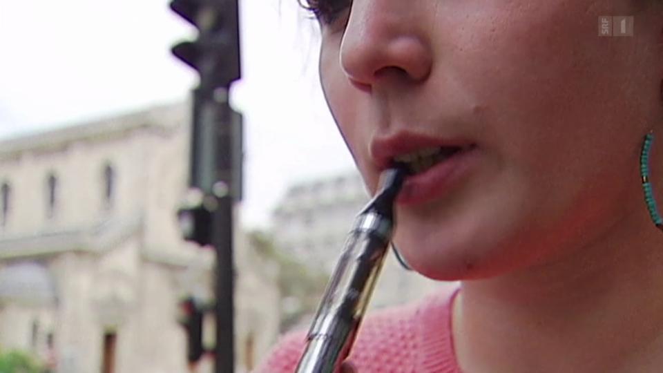 Junge rauchen E-Zigaretten