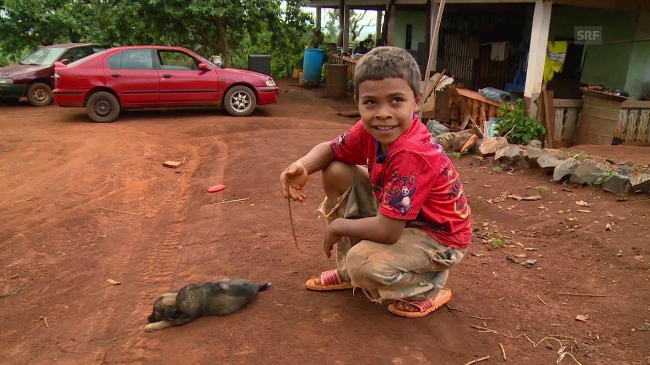 Sky Paholo freut sich über seinen kleinen Hund
