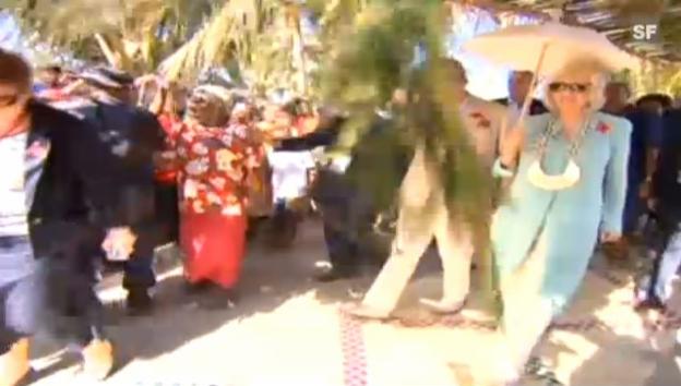 Video «Charles und Camilla bei ihrem Besuch auf Papua-Neuguinea (unkomm.)» abspielen