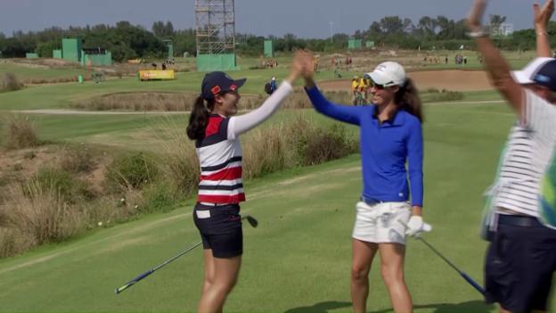 Video «Treffsichere Golferinnen: Zweimal ein Hole-in-one an Loch 8» abspielen