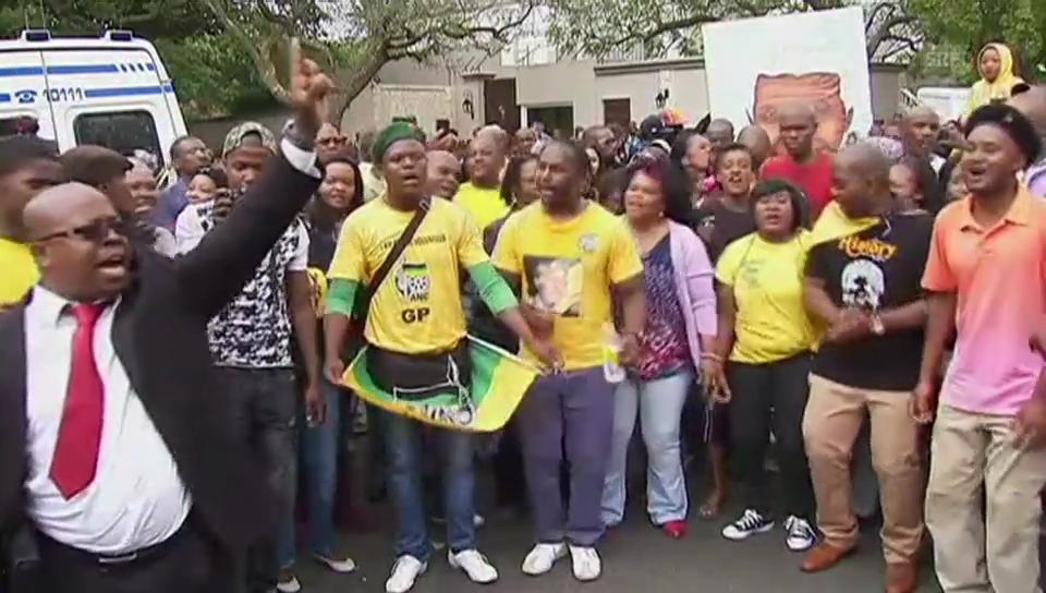 Trauernde tanzen vor Mandelas Haus.