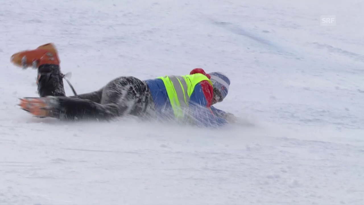 Ski: RS M Sölden, Rutschpartie des Streckenpostens