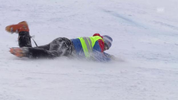 Video «Ski: RS M Sölden, Rutschpartie des Streckenpostens» abspielen