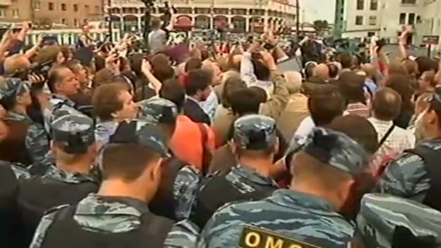 Video «Begeisterte Massen empfangen Nawalny in Moskau (unkommentiert)» abspielen