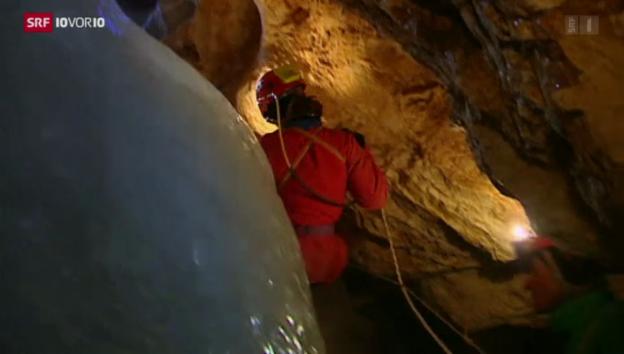 Video «Rettungsaktion in 1000 Meter Tiefe» abspielen