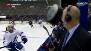 Video «Puck flitzt Zentimeter an NHL-Kommentator vorbei» abspielen