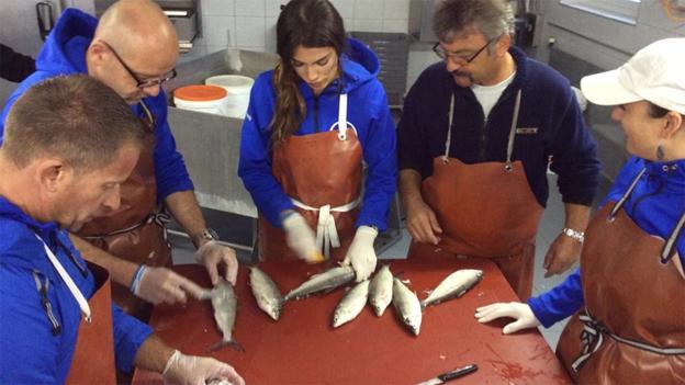 Wie es Leonard beim Fischeausnehmen geht