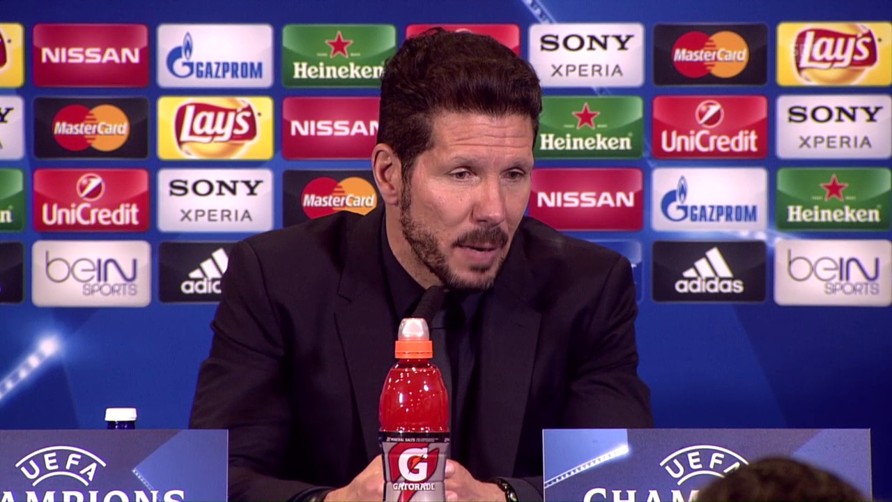 Simeone an der Medienkonferenz (span.)