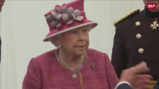 Link öffnet eine Lightbox. Video Prinz Harry stellt Freundin der Queen vor abspielen