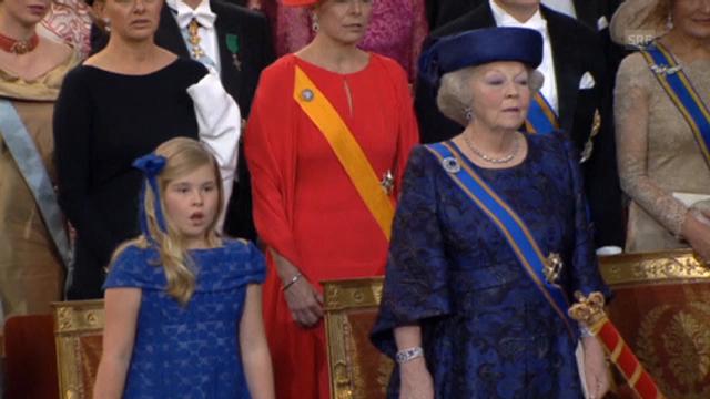 Königsfamilie und Gäste singen Nationalhymne