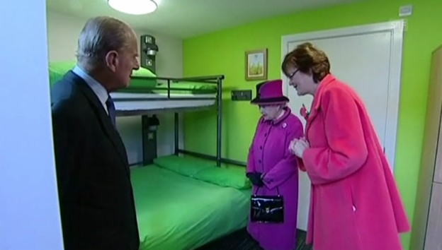 Video «Queen Elizabeth erkundet Jugendherberge (unkom. Video)» abspielen