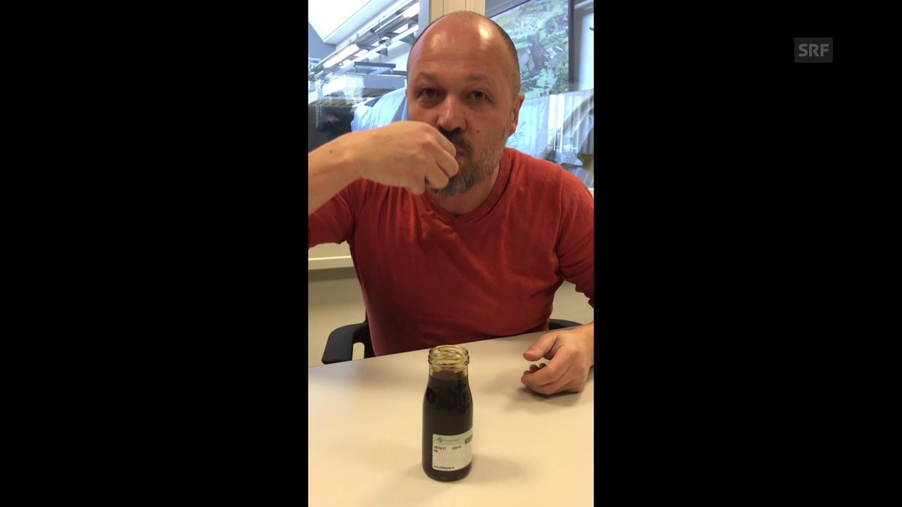 Eine bittere Angelegenheit: «Espresso»-Redaktor Roland Wermelinger degustiert den Gerbstoff aus Olivenblattextrakt.