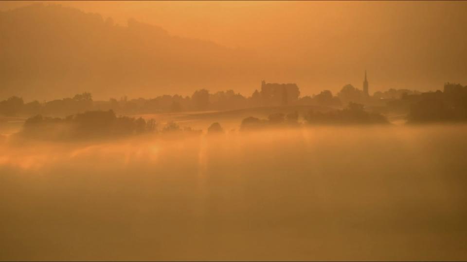 Goldener Sonnenaufgang mit Nebel im Zeitraffer in Kirchdorf/BE, 11. Oktober, Lukas Wyss
