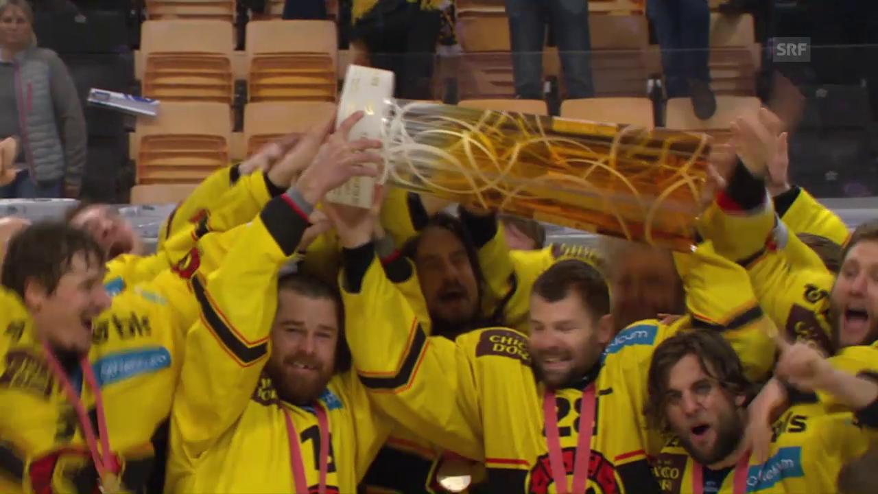 Der SCB nimmt den Pokal entgegen