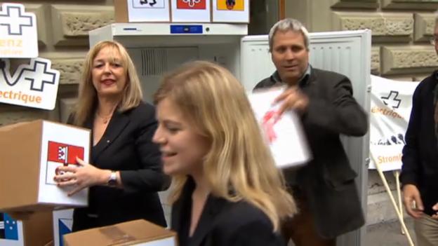 Video «Initianten reichen Unterschriften ein (unkommentiert)» abspielen