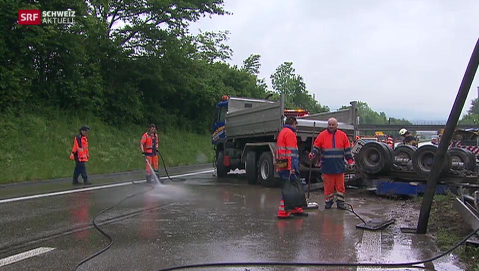 Lastwagen gerät über Mittel-Leitplanke