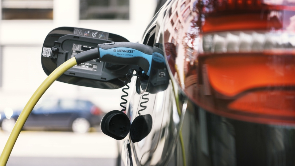 Strom rein - Strom raus: Schweizer Start-up will E-Auto vielfältiger nutzen