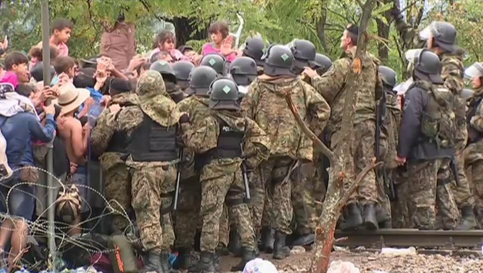Flüchtlinge durchbrechen Polizisten-Kette