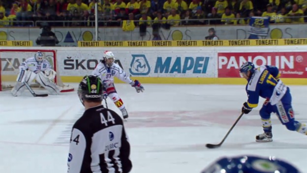 Video «Eishockey: 2. Playoff-Final 2015, HCD – ZSC, 3:2 Hofmann» abspielen