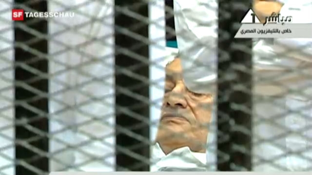 Mubarak wurde im Krankenbett vor den Richter geführt. (Tagesschau, 03.08.2011)