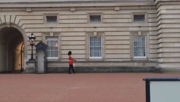 Video «Queen-Wachmann tanzt aus der Reihe» abspielen