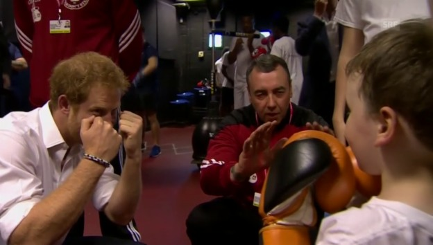 Video «Dieser kleine Boxer begeistert den Prinzen» abspielen