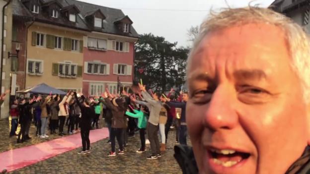 Video «Röbi Koller bei den Proben des Flashmobs mit 300 Mitwirkenden» abspielen