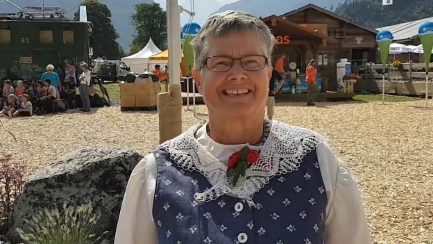 Video «Marlise Kern und ihre Weinländer Werktagstracht» abspielen