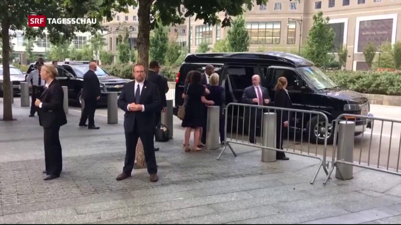 Clinton strauchelt beim Verlassen der Gedenkfeier
