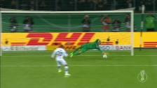 Link öffnet eine Lightbox. Video Der folgenschwere Penalty-Fehlschuss von Gladbachs Djibril Sow abspielen