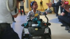 Link öffnet eine Lightbox. Video Ein US-Krankenhaus muntert kleine Patienten mit Autos auf abspielen