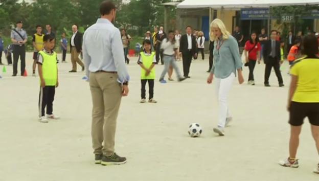Video «Fussballspiel auf geräumtem Feld: Haakon und Mette-Marit» abspielen