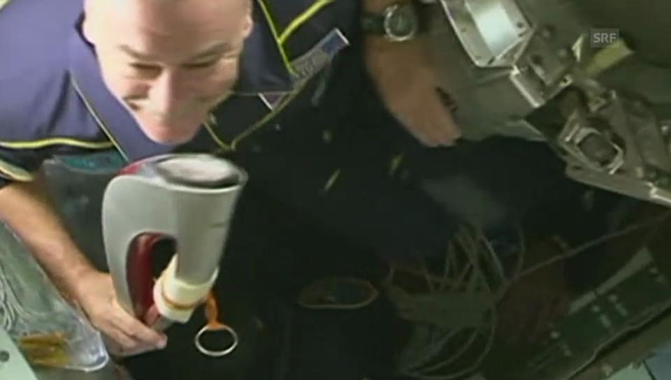 Fackel kommt auf der ISS an (englisch)