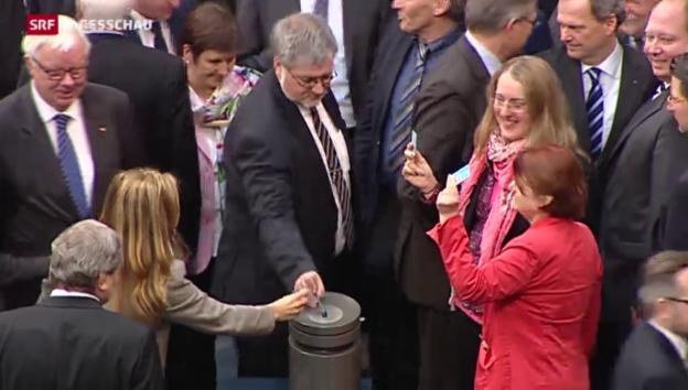 Video «Bundestag genehmigt Griechenlandhilfe» abspielen