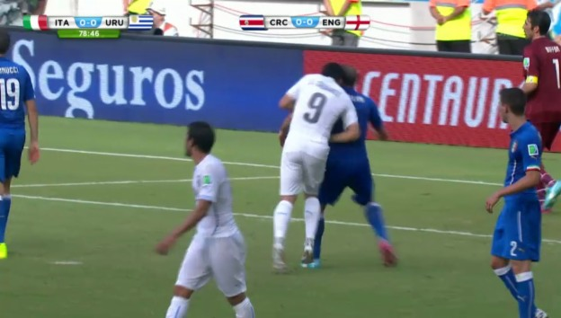 Video «Luis Suarez beisst Giorgio Chiellini» abspielen