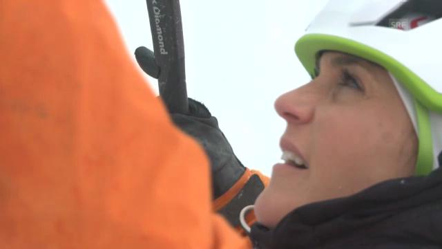 Annina Frey beim Eisklettern