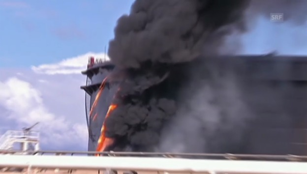 Video «Öl-Tank-Beschuss in Libyen (unkommentiert)» abspielen