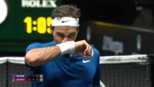 Link öffnet eine Lightbox. Video Federer punktet und bietet eine Show abspielen