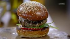 Link öffnet eine Lightbox. Video Clever kochen mit Jamie Oliver – Lachs, Chicken Wings und Lamm-Burger abspielen.